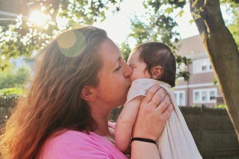 Femme qui embrasse un bébé