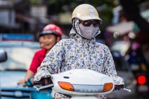 Personne portat masque sur un scooter
